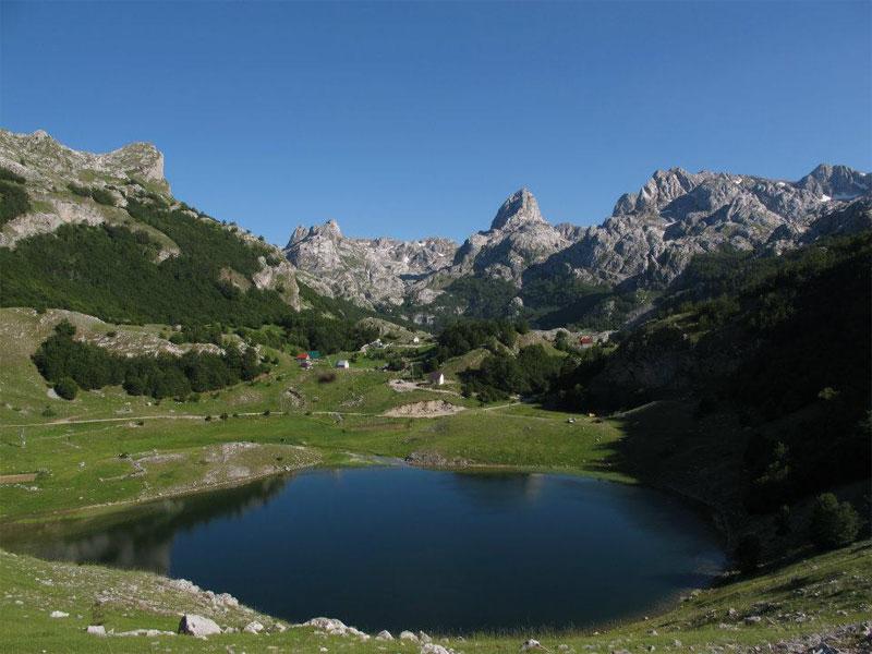 Букумирское озеро со всех сторон окружено высокими скалами