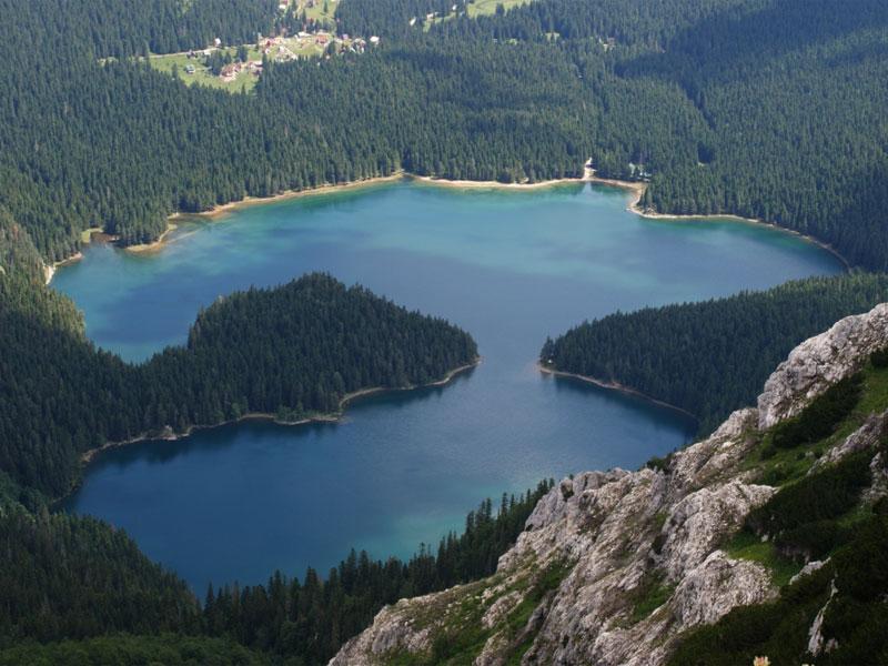 С высокой точки хорошо видно, что Черное озеро состоит из двух озер - Малого и Большого