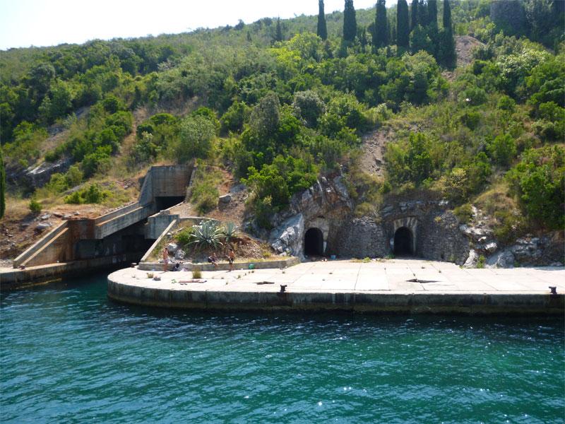 Об оборонительных сооружениях в недрах полуострова Луштица напоминают остатки ремонтных доков