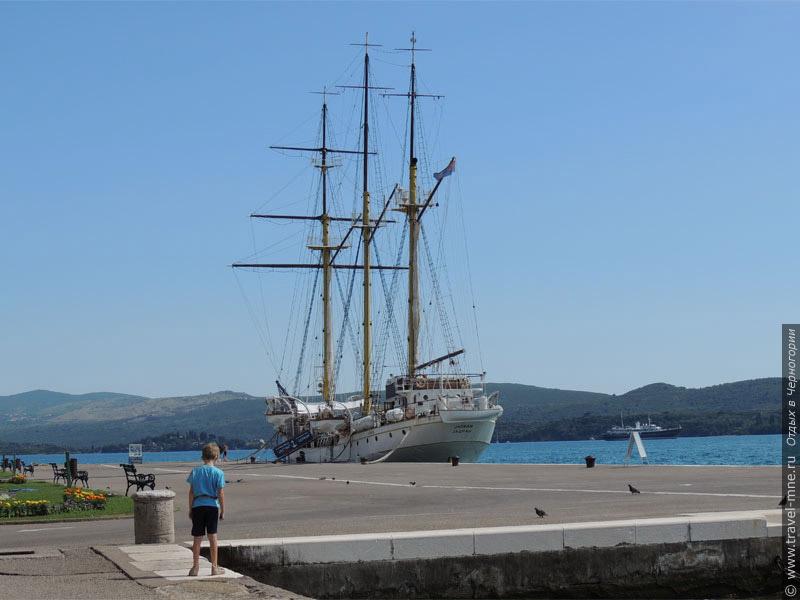 Красивый парусник повышает интерес к тиватскому порту со стороны туристов и отдыхающих