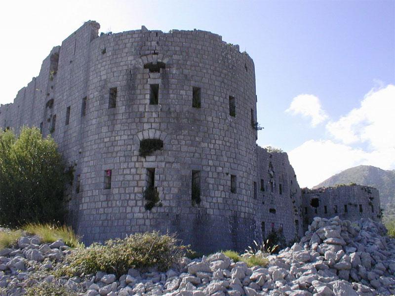 Время не пощадило крепость Космач - сегодня она пребывает в полуразрушенном состоянии