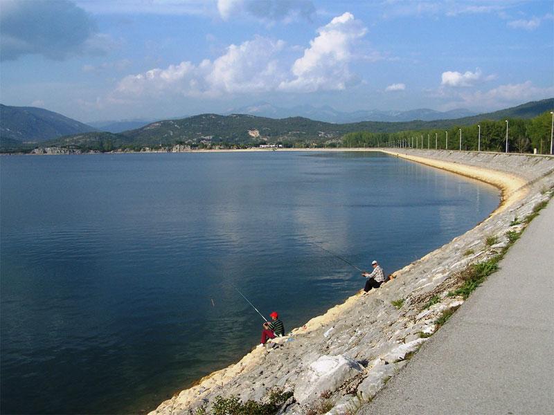Берег озера Крупац подходит для любого вида отдыха