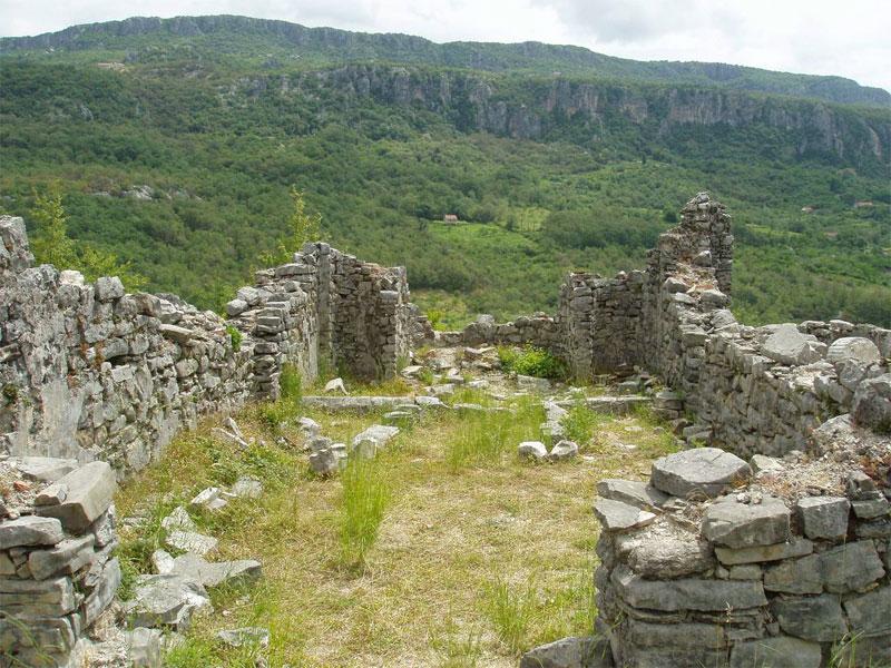 Остатки поселения Мартиничка Градина включают в себя несколько хорошо сохранившихся зданий