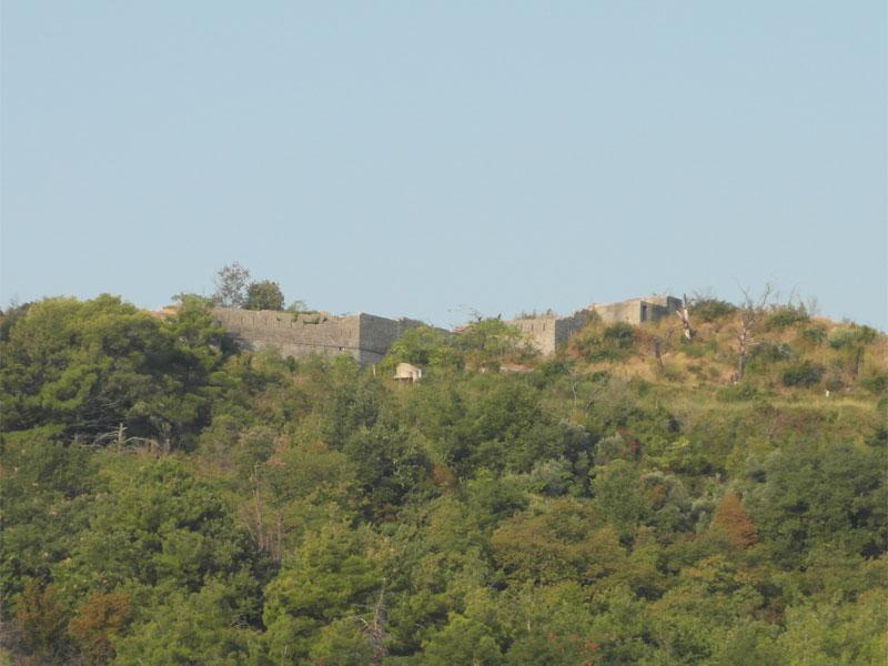 Стены крепости Могрен сегодня со всех сторон скрыты за густой растительностью