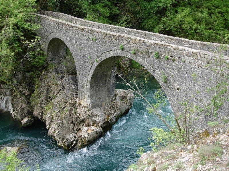 Через реку Мртвицу перекинуто несколько старинных каменных мостов