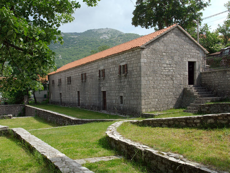 Дом Негошей выглядит как типичное для XIX века жилище зажиточных черногорцев