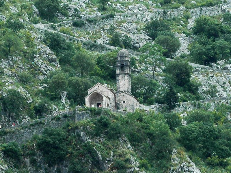 Церковь Богородицы Здравие приютилась на склоне высокой горы