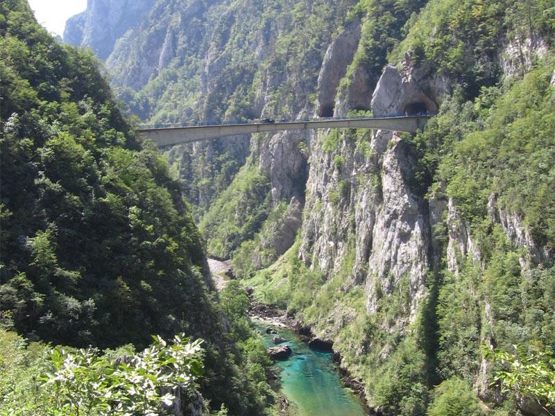 Глубокий каньон через Пиву иногда пересекают высоко расположенные мосты