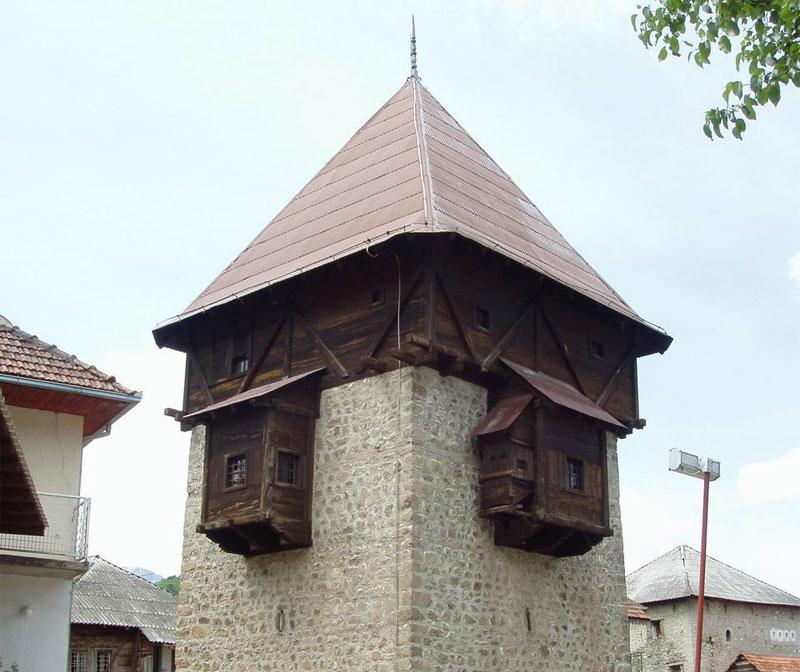 Высокая башня увенчана деревянной надстройкой в типично турецком стиле
