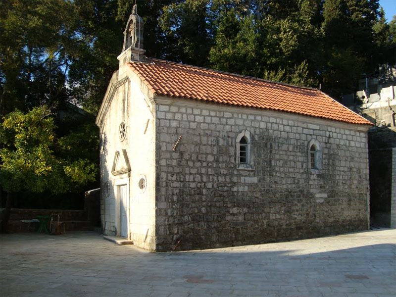 Церковь Святого Георгия стоит на огороженной территории