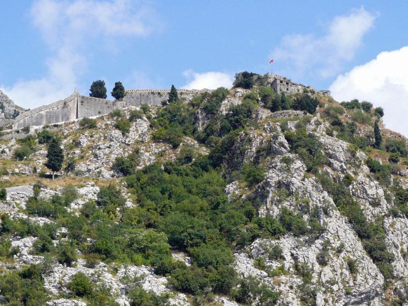 Попасть в крепость Святого Иоанна можно только по специальной горной тропе