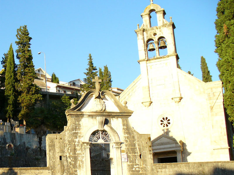 Территория с церковью Спасителя окружена невысокой оградкой