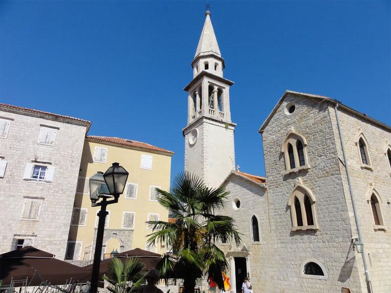 Аскетичный фасад церкви Святого Иоанна дополняется богатым убранством храма