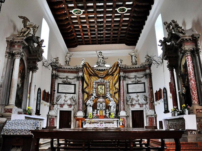 Главная художественная ценность церкви Святой Клары - красивый барочный алтарь работы Франческо Кабианца