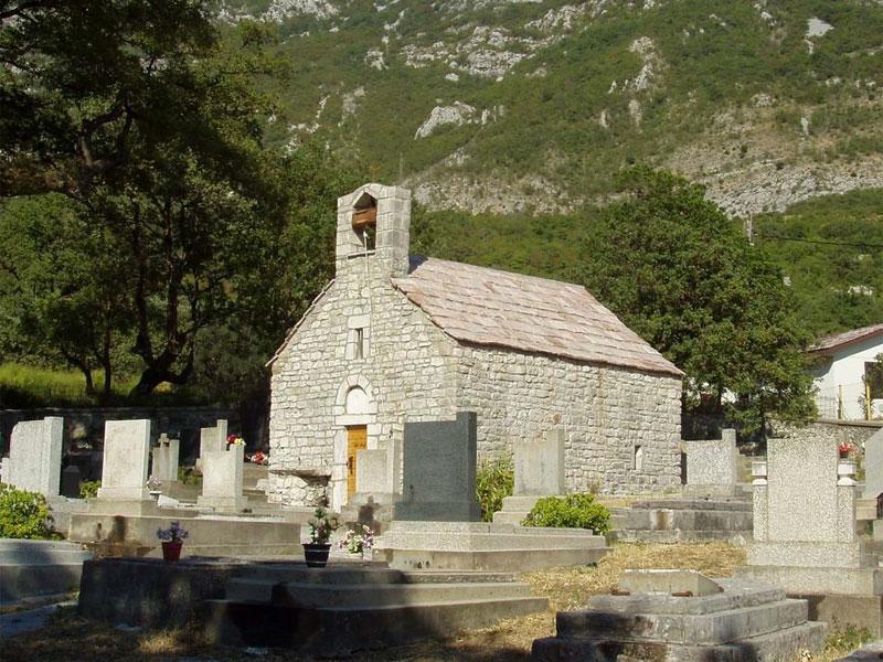 Церковь Святой Феклы окружена старинным кладбищем