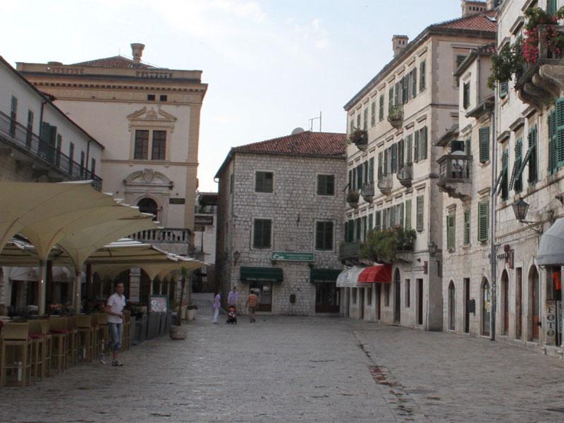Именно здание арсенала дало название для главной площади Старого Котора