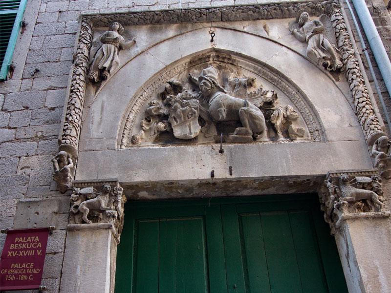 Вход в дворец Бескуча украшает красивый готический барельеф с гербом семьи Бизанти