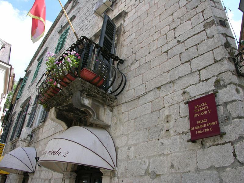 Дворец Бизанти особенно интересен отдельными элементами своего оформления