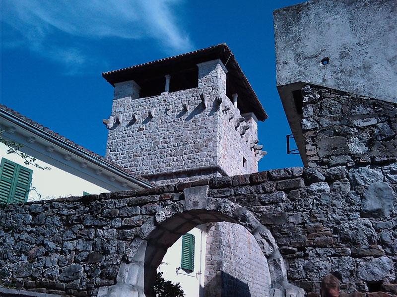 Отличительная особенность резиденции Буча - наличие мощных оборонительных укреплений