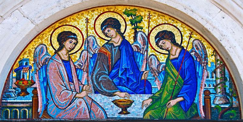 Мозаика перед входом в церковь Святой Троицы напоминает икону Андрея Рублева