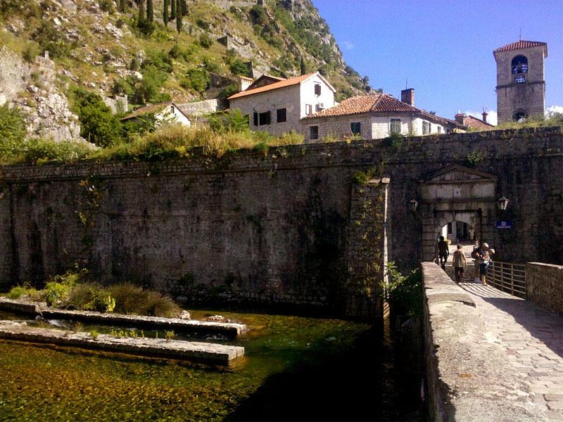 Речные ворота были построены в память о победе над турецкими войсками