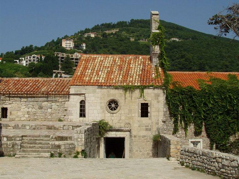 Церковь Святой Девы Марии в буквальном смысле встроена в стену старого града