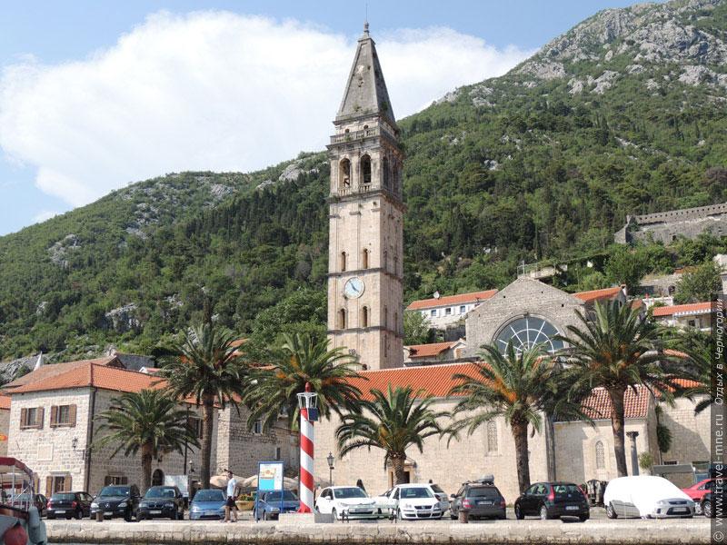 Высокая колокольня церкви Святого Николая - самая заметная часть перастского пейзажа