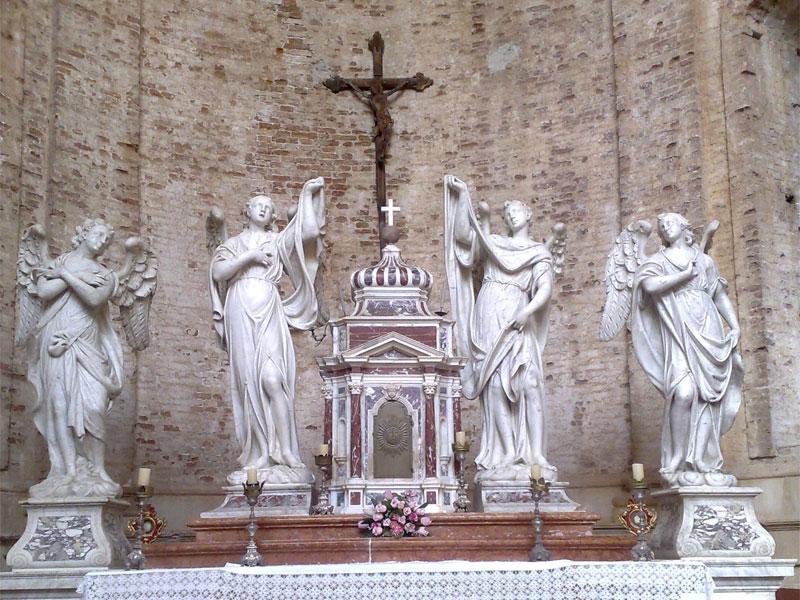 Внутреннее убранство храма Святого Николая отличается барочной пышностью
