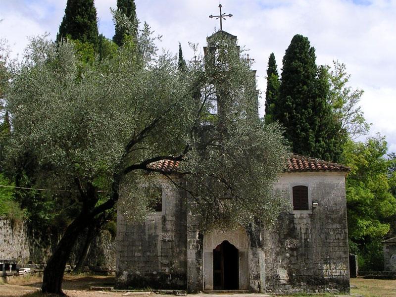 Рядом с церковью Святого Георгия можно найти остатки старинного кладбища