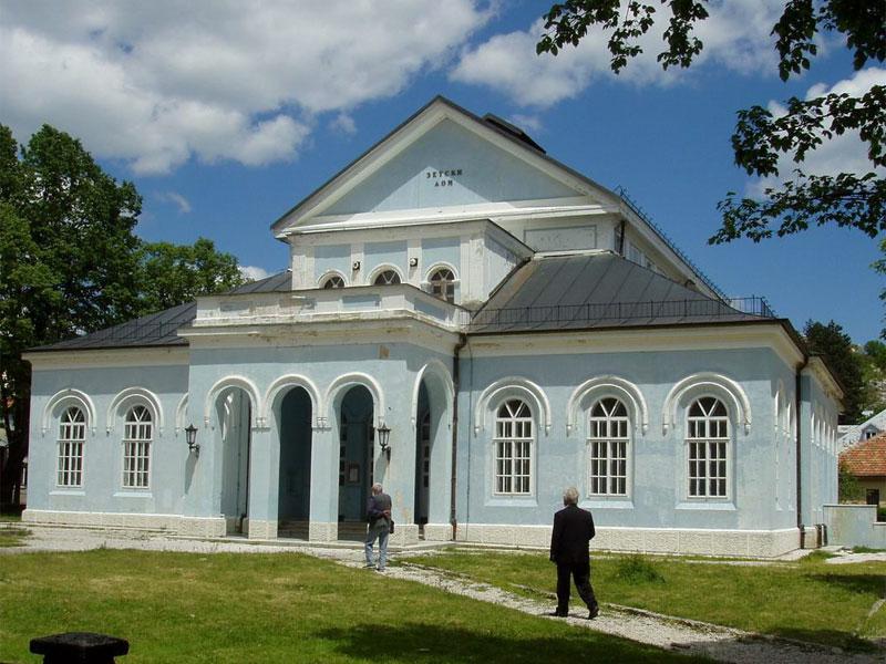 Зетский дом - является старейшим театром в Черногории