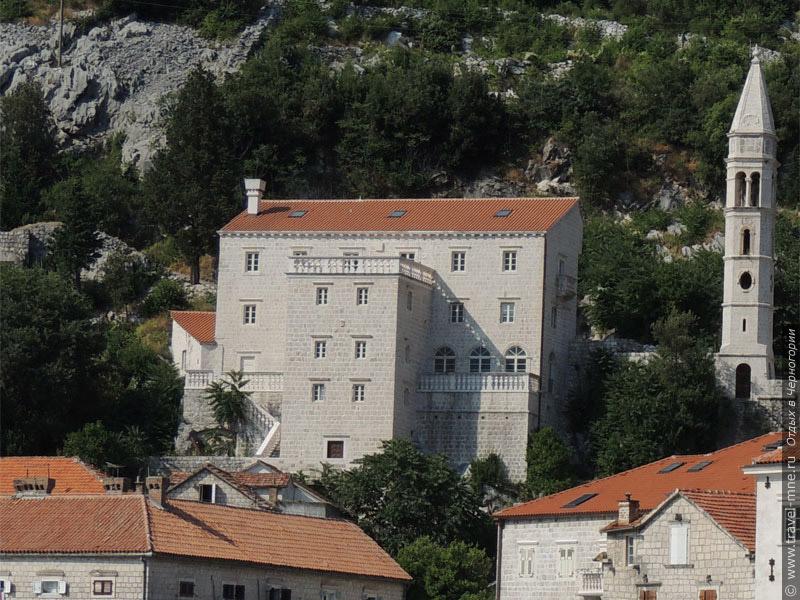 Дворец Змаевичей с семейной часовней заметно выделяются в общей архитектуре Пераста