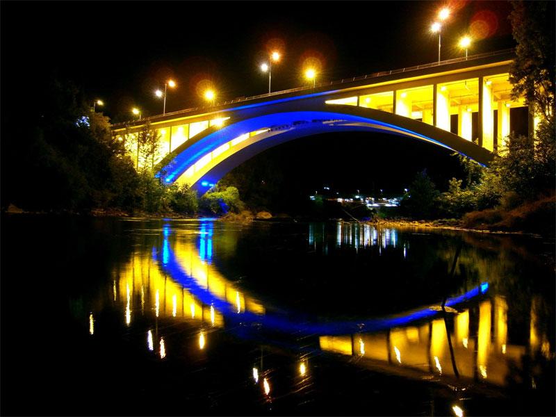 Мост Блажо Йовановича особенно красив во время ночной подсветки