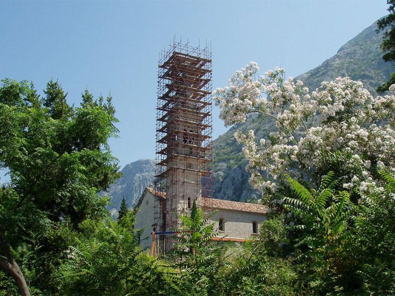 Колокольня церкви Святого Евстафия восстанавливается после сильных разрушений