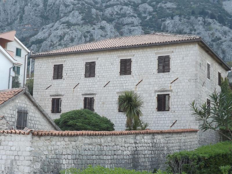 Внешний вид дворца почти не выделяет его среди обычных зданий вдоль побережья