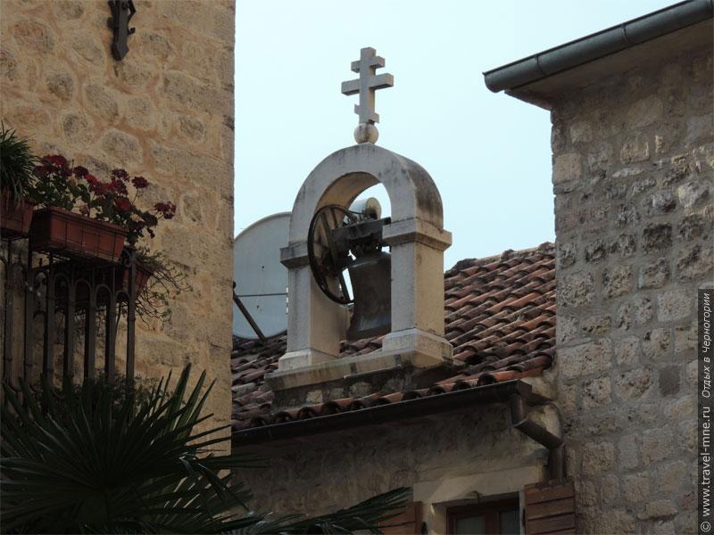 Колокол церкви Святого Иосифа выдает нахождение храма посреди обычных домов