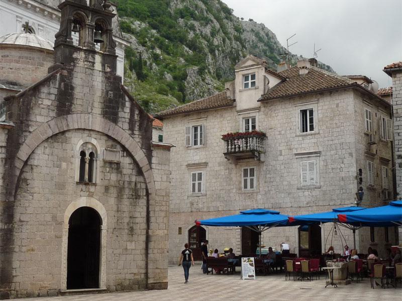Дворец Ломбардич и церковь Святого Луки стоят рядом на одной площади
