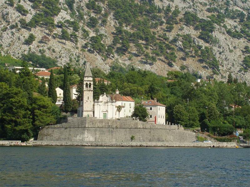 Церковь Святого Матфея с высокой колокольней во многом определяет внешний облик города