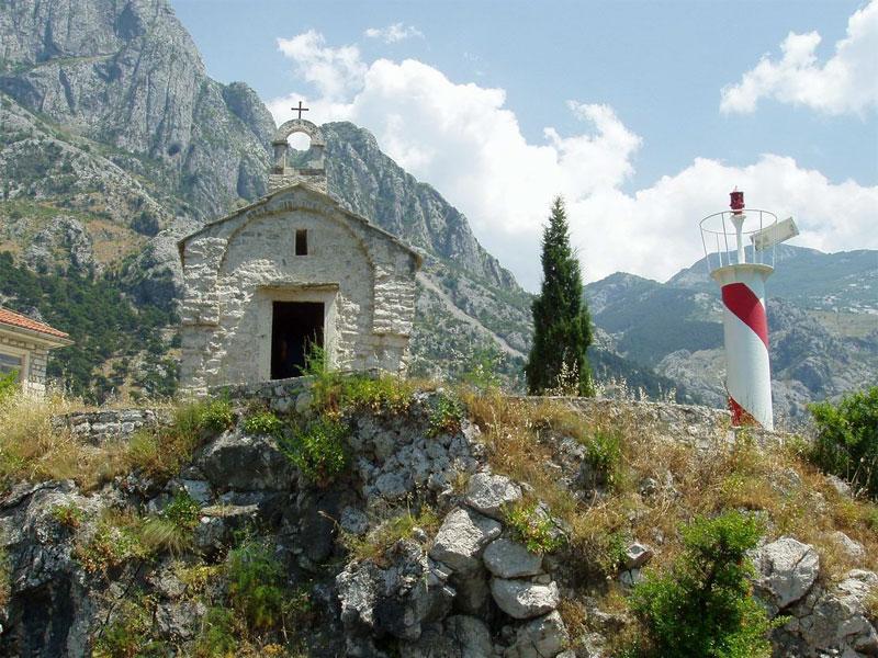 Церковь Святого Ильи Пророка стоит на выступающем в море скалистом мысе