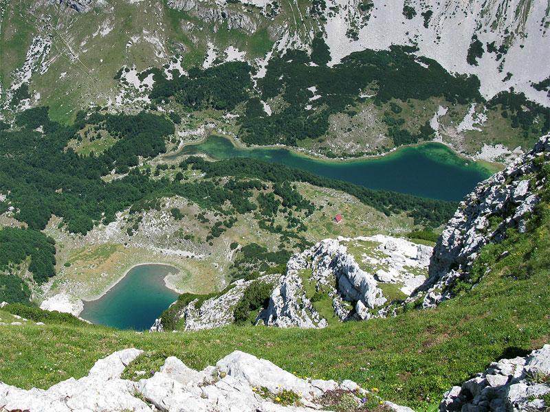 Шкртские озера лежат в глубокой котловине в окружении неприступных гор