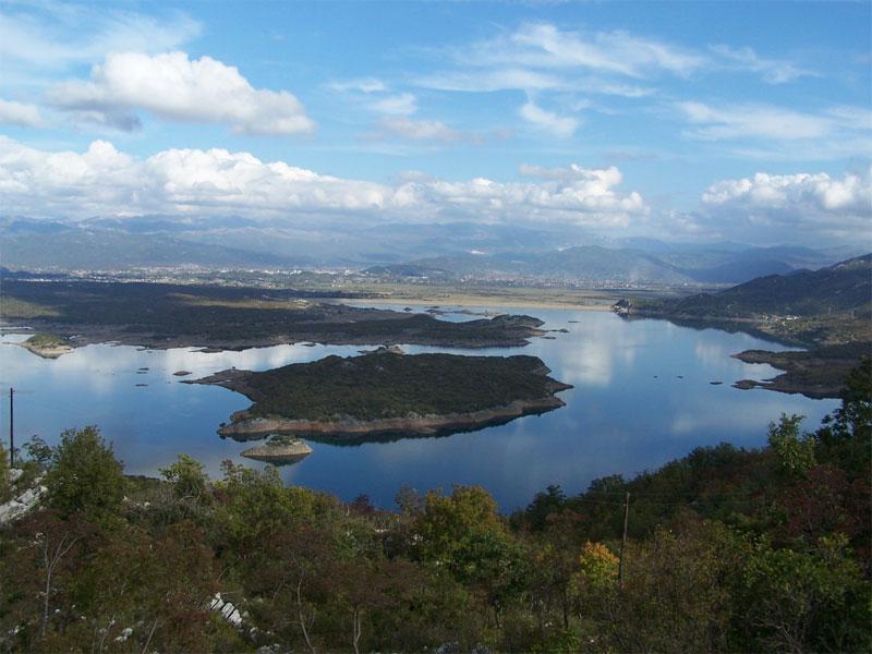 Характерная особенность озера Слано - наличие большого количества островов
