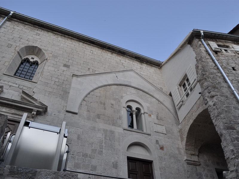 На фасаде церкви Святого Павла остались следы первой романской церкви