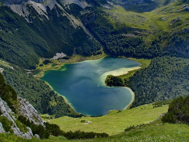 Романтичные натуры могут увидеть в Трновацком озере очертания сердца