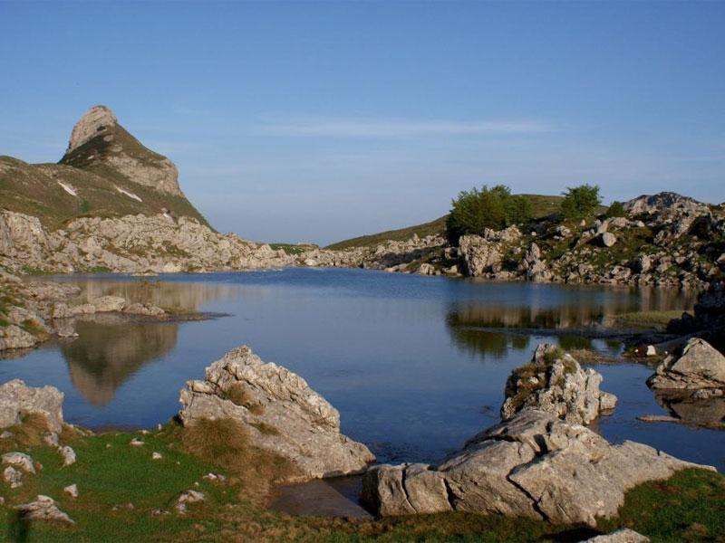Берега озера Валовито щедро усыпаны большими валунами