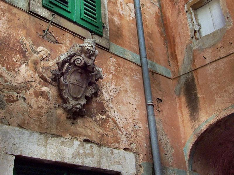 О барочной архитектуре дворца Вракиен напоминает тщательно отображенный фамильный герб