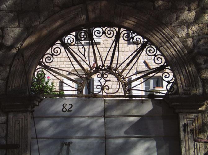 Все окна и двери дворца Дабиновичей имеют сходное архитектурное оформление