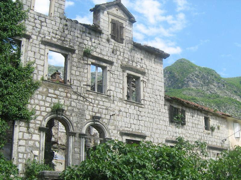 Сегодня от бывшего дворца Ивеличей остались одни развалины