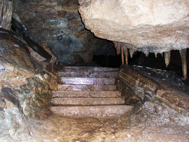 В пещере Липска можно встретить ступени, прорубленные еще первыми исследователями ее глубин