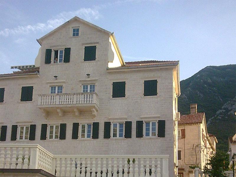 Бывший дворец семьи Верона выделяется своими большими размерами на фоне остальных зданий