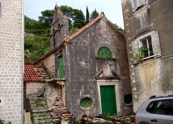 Церковь Богородицы Кармельской имеет оригинальное строение