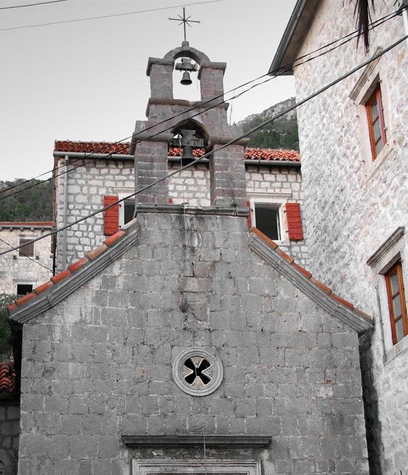Церковь Святого Иоанна Крестителя спрятана посреди жилых домов
